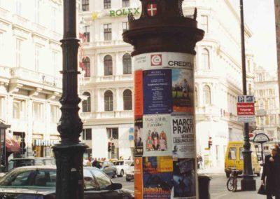 F-22-Plakate-der-Ausstellung-in-ganz-Wien-auf-Litfaßsäulen